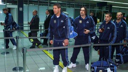 Diego Simeone, el utilero Marcelo Dalto, Wainer y Javier Torrente de gira con la Selección de Bielsa en el año 2000 (Fotobaires)