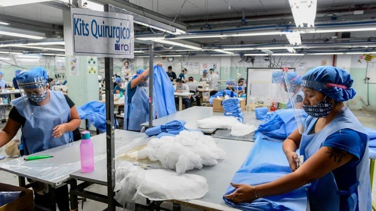 Trabajadoras textiles fabrican materiales de protección sanitaria