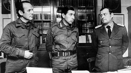 """Finalizada la guerra,general Menéndez se quejó de los programas de tevé que se habían emitido en el canal argentino:dijo que él hubiera preferido que les enviaran conciertos de música clásica o folklore para """"que no pensaran que éramos indios con plumas""""."""