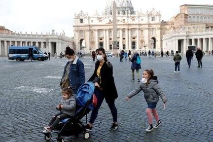 Turistas con barbijos este viernes en el Vaticano (REUTERS/Remo Casilli)