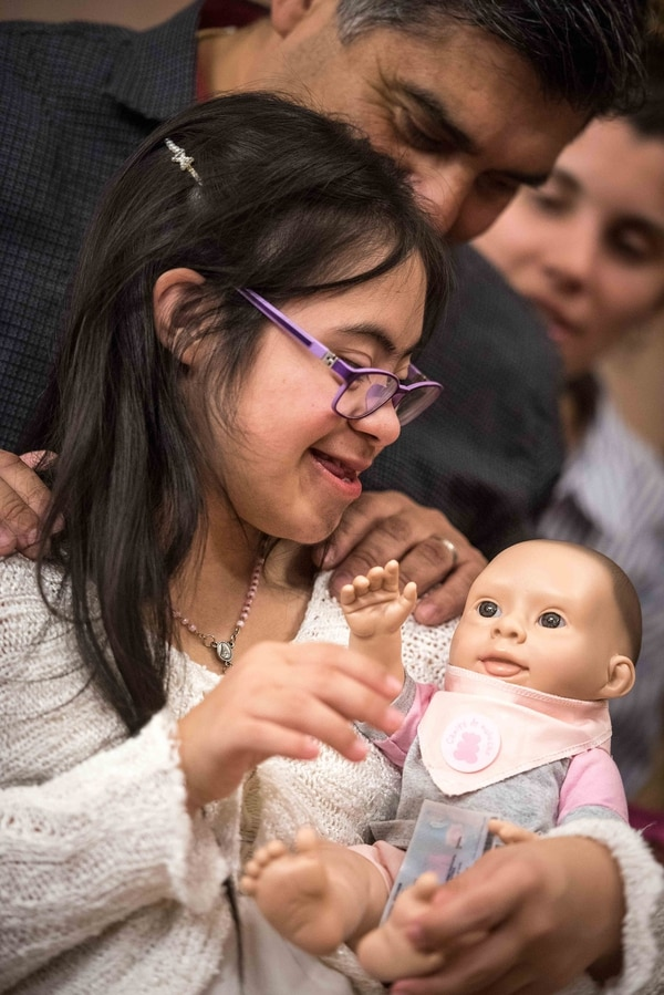 Sofía Ortiz junto a su muñeca Oli en la presentación de la CAIJ, en la legislatura (Guille Llamos)