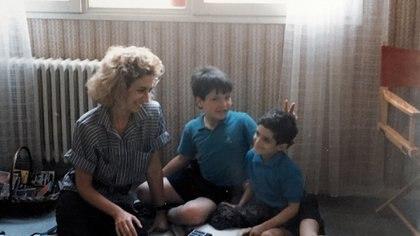La doctora Raquel Bengió, de visita por París, y siempre atenta a la evolución de Nicolás.