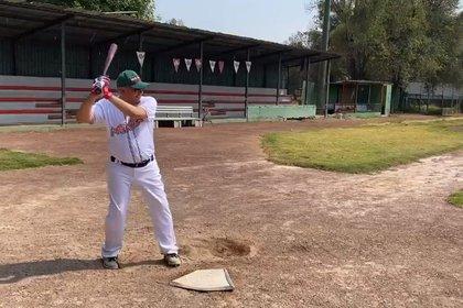 Andrés Manuel López Obrador practicando béisbol (TW: @lopezobrador_)