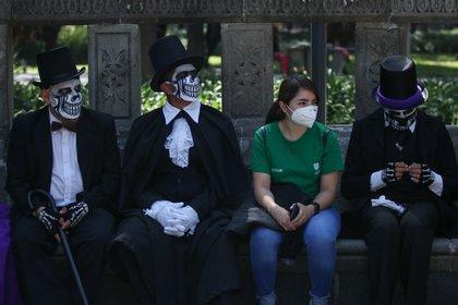 Catrinas, catrines y charros recorren las inmediaciones de la Alameda Central de la Ciudad de México para llamar a la población a portar el cubrebocas y así evitar la propagación del virus Sars-Cov2 (Foto: Cuartoscuro)