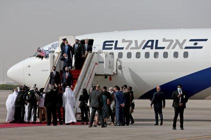 El arribo de las delegaciones de EEUU e Israel a Abu Dhabi, en el primer vuelo comercial entre ambos países (Reuters)