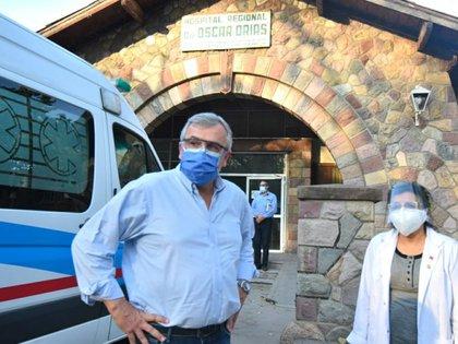Gerardo Morales y Manuela Cabello, directora del hospital Oscar Orías, que el mandatario provincial recorrió este jueves. (@GobiernoJujuy)