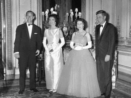 5 de junio de 1961. La reina Isabel junto al presidente estadounidense John F. Kennedy, en el Palacio de Buckingham. A la izquierda el duque de Edimburgo con Jackie Kennedy