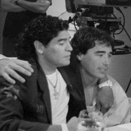 Nacho Viale, abrazado a Maradona