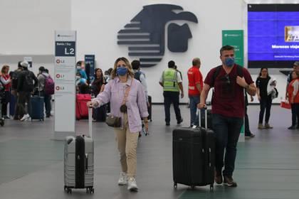 Cientos de capitalinos que llegan al Aeropuerto Internacional de la Ciudad usan cubrebocas como medida de protección del Covid-19. (FOTO: GRACIELA LÓPEZ /CUARTOSCURO.COM)
