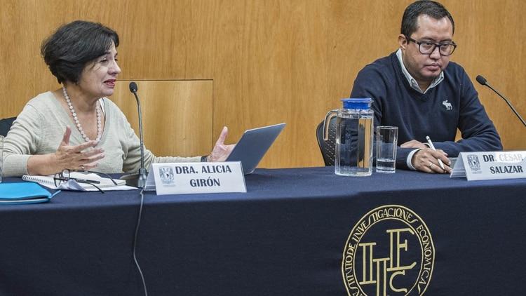 Los doctores Alicia Girón y César Salazar, expertos del IIEc de la UNAM, hablaron sobre la afectación a los mexicanos por la guerr comercial entre EEUU y China (Foto: Cortesía UNAM)