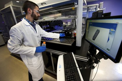 Un técnico examina muestras en los laboratorios de la farmacéutica Regeneron, en Tarrytown, Nueva York (Reuters)