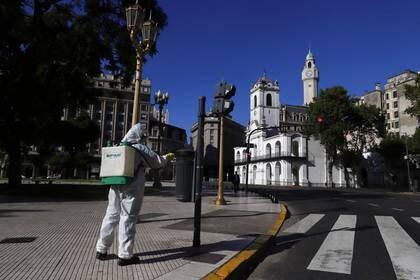 Un trabajador desinfecta la Plaza de Mayo después de que el presidente Alberto Fernández anunciara una cuarentena obligatoria para limitar la expansión del coronavirus (COVID-19), en Buenos Aires, Argentina. March 20, 2020. REUTERS/Matias Baglietto