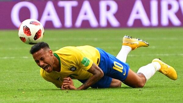 Neymar simulando un golpe (Reuters)