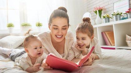 La lectura se presenta como una herramienta valiosa para orientar a las familias en el estímulo del desarrollo (Shutterstock)