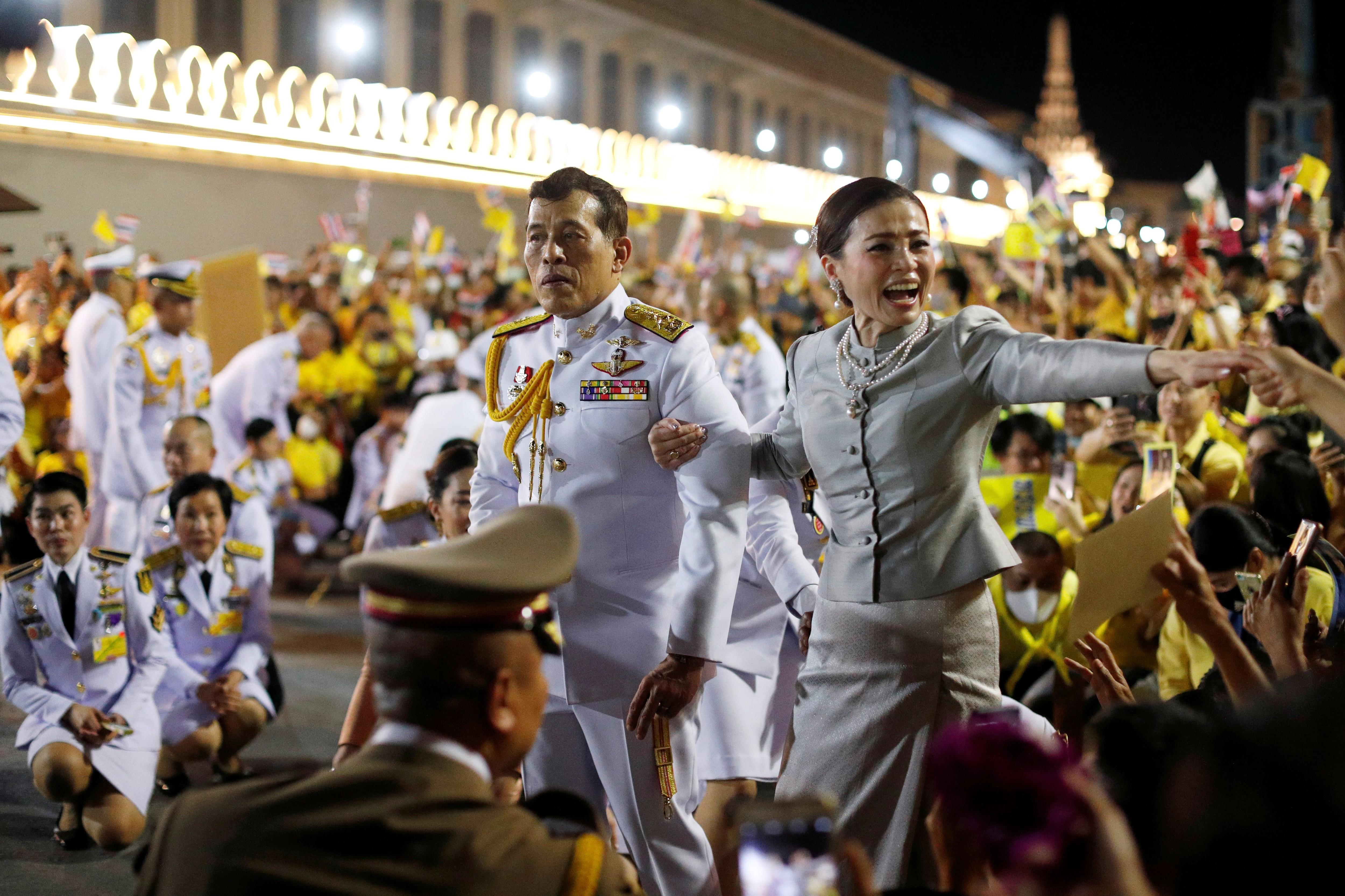 El rey Maha Vajiralongkorn y la reina Suthida durante una manifestación pro monarquía en Bankok (REUTERS/Jorge Silva)
