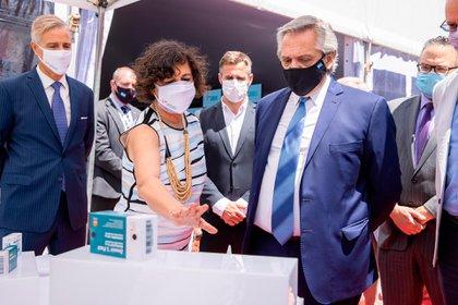 El laboratorio Richmond producirá en la Argentina la vacuna Sputnik V contra el COVID-19. El primer mandatario recorrió sus instalaciones. El proyecto privado demandará más de 80 millones de dólares.
