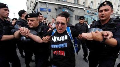 Policías detienen a una participante de un mitin que pide que los candidatos de la oposición se inscriban para las elecciones a la Duma de Moscú, el parlamento regional de la capital, en Moscú, Rusia, el 27 de julio de 2019 (REUTERS/Maxim Shemetov)