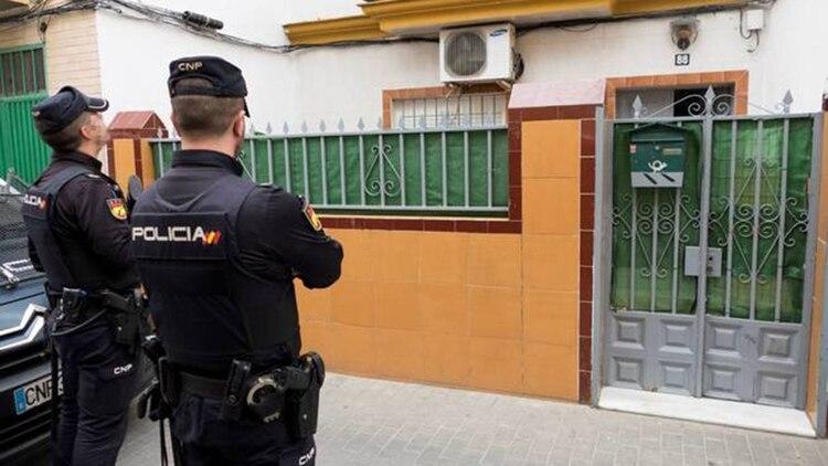Dos agentes de la Policía Nacional, durante el registro de la casa donde residía el presunto yihadista. (EFE)