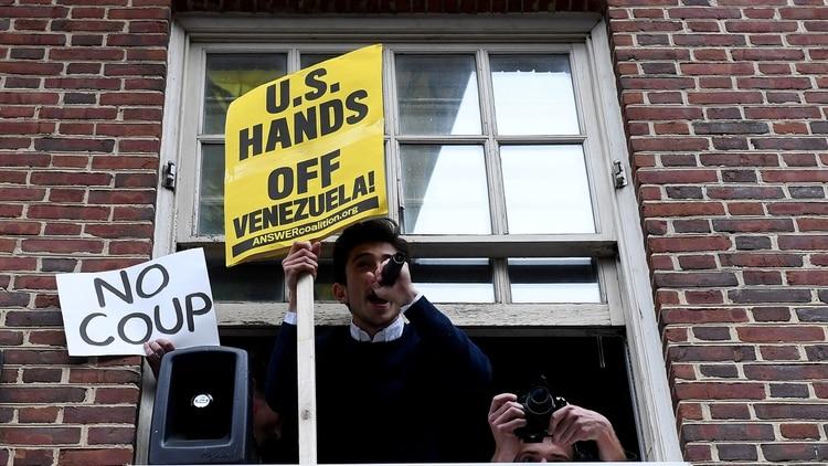 Los activistas pro Maduro permanecieron semanas en la embajada(REUTERS/Clodagh Kilcoyne)