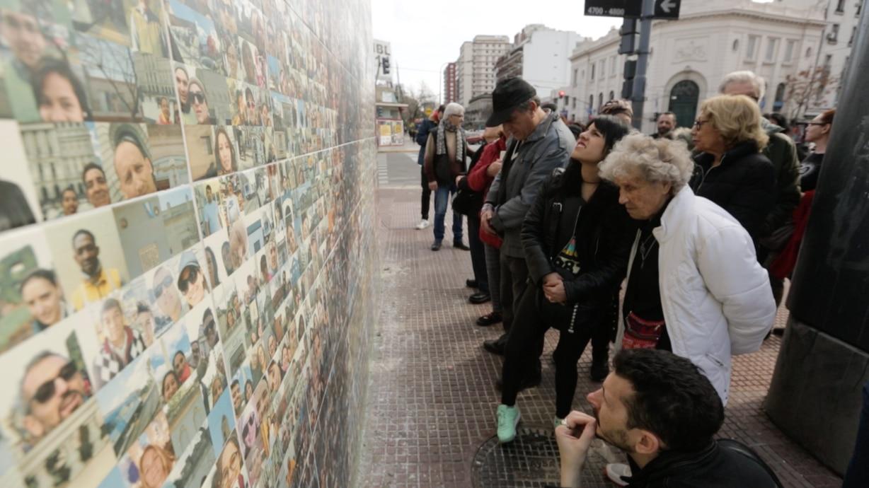 Vecinos buscan su foto en las paredes de su barrio