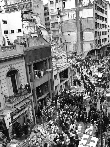 Durante su primer mandato, Argentina sufrió dos atentados terroristas: el primero fue contra la Embajada de Israel en 1992 y el segundo contra la AMIA dos años después. Menem fue imputado por el encubrimiento de este último y en febrero de este año resultó absuelto por insuficiencia probatoria. No así su jefe de Inteligencia, Hugo Anzorregui. (ALI BURAFI / AFP).
