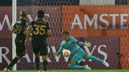 El momento en el que el arquero de Alianza Lima le ataja el penal a Nicolás Reniero (Fotobaires)
