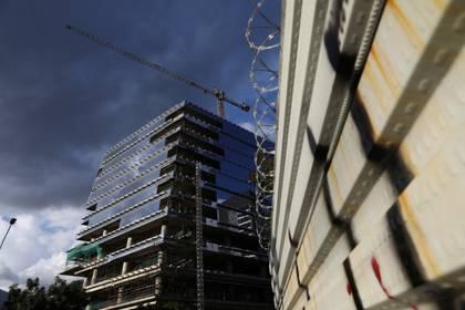 A grúa es vista sobre un edificio en construcción en Caracas, Venezuela. Enero 26, 2020. REUTERS/Manaure Quintero