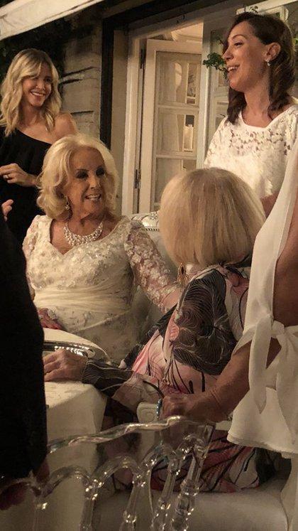 Complicidad de hermana: Mirtha y Goldie; atrás, Guillermina y Vidal; y aquí, más adelante, el detalle de las sillas Tiffany