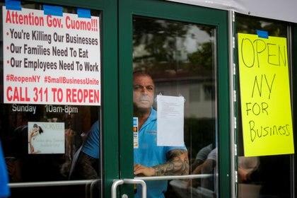 Bobby Catone, dueño de un negocio al que le han prohibido abrir por el brote de coronavirus en Nueva York, pide que levanten esa medida (REUTERS/Brendan McDermid)