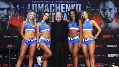 Bob Arum promocionando, cuándo no, una pelea, rodeado de boxeadores o, como en este caso, de promotoras. (Top Rank)