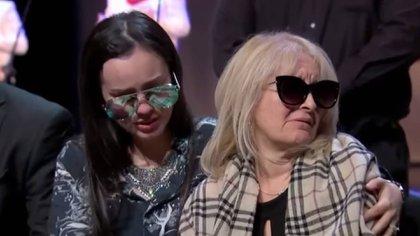 La hija y viuda de José José estuvieron conmovidas durante el homenaje (Foto: Captura de pantalla Univision)