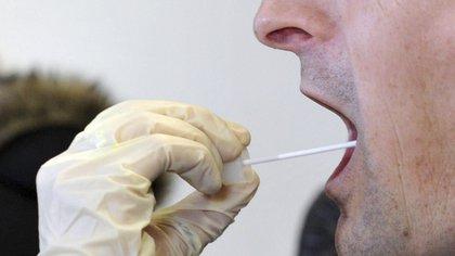 Un estudio desvela cómo la saliva puede predecir el futuro de los pacientes con covid