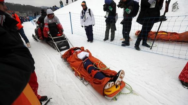 Yuto Totsukafue retirado en camilla tras su espeluznante golpe en los Juegos de Invierno(Reuters)