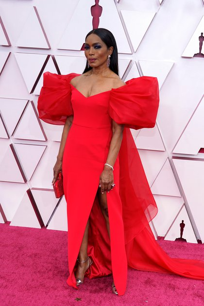 Angela Bassett también eligió al color rojo para la alfombra de los Oscars. Su vestido: de diseño sirena, cola, un gran escote corazón y mangas japonesas abullonadas. Firmado por la italiana Alberta Ferretti acompañado por joyas de Chopard