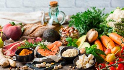 Numerosos estudios han demostrado que las dietas que siguen el patrón mediterráneo pueden ayudar a mantener una buena salud cognitiva (Shutterstock)