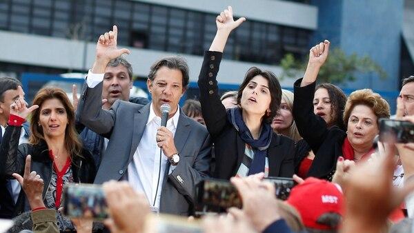 """Fernando Haddad junto a Dilma Rousseff al lanzar oficialmente su candidatura a presidente. Para Bertoche, esa candidatura muestra que la izquierda """"no aprende de nuestros errores"""" (Reuters)"""