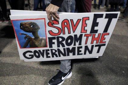 """""""Salven a ET del gobierno"""", pidió un joven con un cartel en Nevada, EEUU (REUTERS/Jim Urquhart)"""