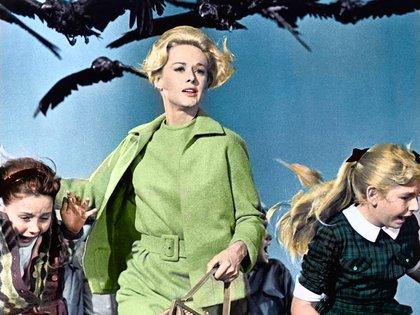 Tippi Hedren lleva toda la película un conjunto de vestido y chaqueta verde (Crédito: Shutterstock)