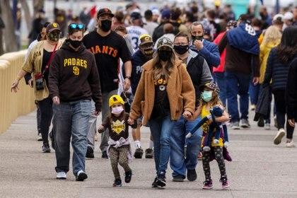 Familias se reúnen en las cercanía del estadio Petco Park en San Diego, California (Reuters)