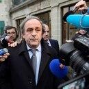 EPA2536. LAUSANA (SUIZA), 18/06/2019.- Foto de archivo del entonces presidente de la UEFA Michel Platini (C), rodeado de periodistas, tras asistir a una vista del Tribunal Internacional de Arbitraje Deportivo (TAS) en Lausana (Suiza) el 08 de diciembre de 2015. El exfutbolista francés y expresidente de la UEFA Michel Platini ha sido detenido este martes dentro de la investigación que se sigue por corrupción en la concesión del Mundial de fútbol de 2022 a Catar, informaron medios franceses. EFE/Laurent Gillieron