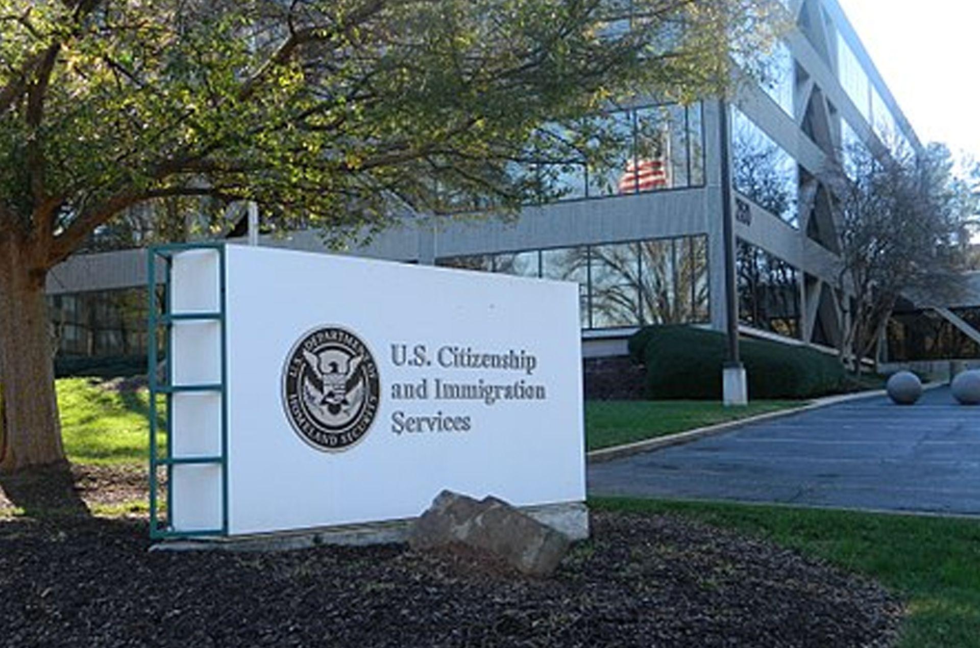 El juez Timothy Cole hizo lugar al pedido de los inmigrantes que solicitaron que se reconociera su liberación bajo palabra en la frontera como el primer paso para acceder a la residencia (USCIS)