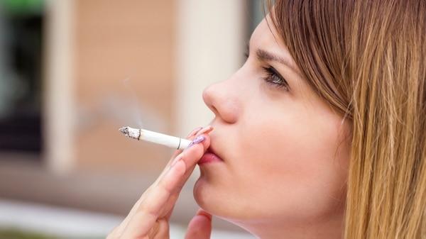 Fumar, un hábito dañino que también afecta las vértebras (iStock)