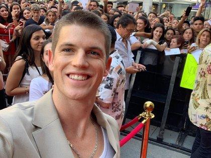 Miguel Bernardeau, que interpreta a Guzmán en la serie, junto a los fanáticos que se acercaron al Cine Callao de Madrid