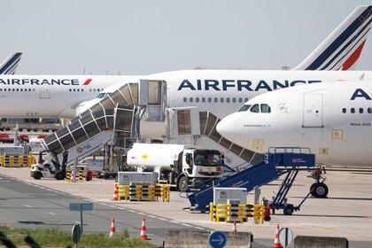 FOTO DE ARCHIVO: Aviones de la aerolínea Air France Airlines en la pista del aeropuerto París-Charles de Gaulle en Roissy-en-France, Francia (REUTERS/Charles Platiau)