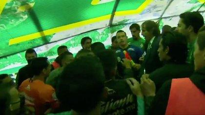 Lo interesante de terminar el partido fue otra pelea entre los banquillos, que terminó en el túnel que conduce al vestuario (foto: captura de pantalla de Marca Claro)
