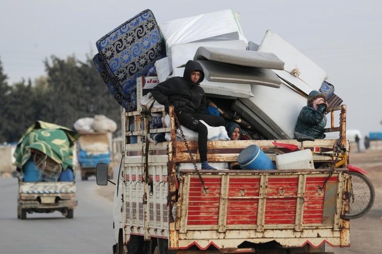 Habitantes de Idlib evacuan la zona ante el aumento en la intensidad de los combates (REUTERS/Khalil Ashawi)