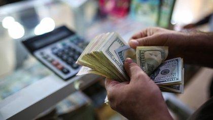 La compra de dólares para ahorro y turismo generó a través del Impuesto País $4.564 millones, cayó 28,7% respecto de marzo