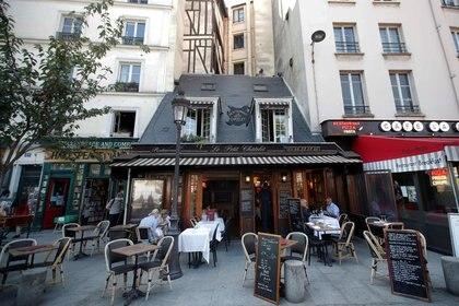 Se supone que los restaurantes pueden permanecer abiertos pero con estrictas medidas de protección (REUTERS / Charles Platiau)