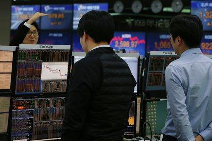 Varios agentes de bolsa surcoreanos trabajan en el KEB Hana Bank de Seúl (Corea del Sur). EFE/ Kim Hee-chul /Archivo