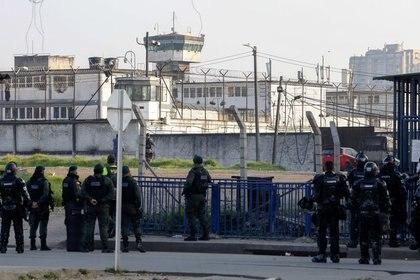 Foto de archivo. Policías vigilan las afueras de la Cárcel La ModelO en Bogotá, Colombia, 22 de marzo, 2020. REUTERS/Leonardo Muñoz  NO VENTAS NO ARCHIVOS